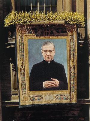 Arazzo appeso al balcone di San Pietro durante il giorno della canonizzazione