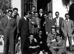 San Josemaría con alcuni universitari che frequentavano  la residenza