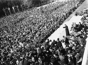 """Pamplona, 8. Oktober 1967:  Die Predigt """"Die Welt lei- denschaftlich lieben""""."""