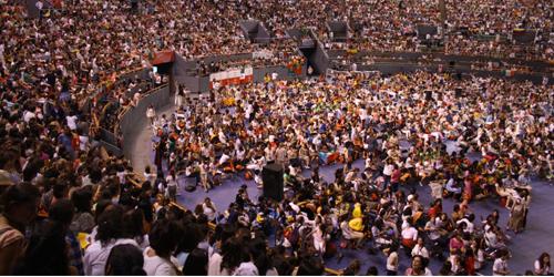 Vor mehr als 10.000 Jugendlichen erklärt Bischof Echevarría, dass die Arbeit in der Hauswirtschaft der Motor ist, der die apostolische Arbeit des Opus Dei in der ganzen Welt voranbringt.