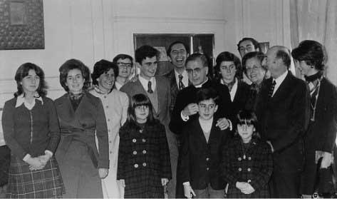 San Josemaría con una famiglia in Spagna. 1972.