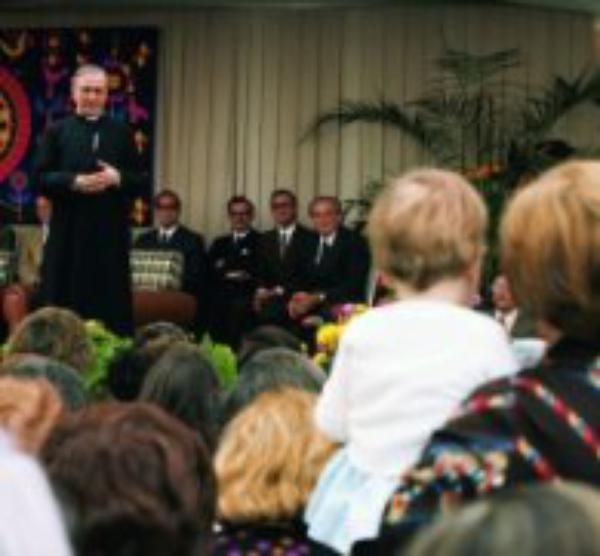 """Hemos de amar mucho a la Iglesia"""