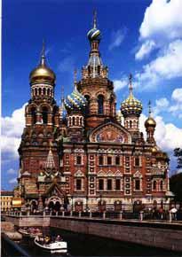 San Petersburgo está situada sobre 44 islas del delta del río Neva, y es famosa por sus puentes, sus museos y sus Noches Blancas, una época del año en la que el sol apenas se pone y nunca anochece.