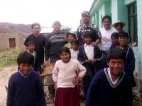 Algunos voluntarios, con los chicos.