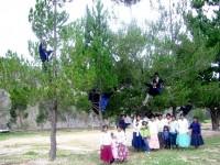 Chicas y chicos de la zona juegan en el parque durante una de las actividades