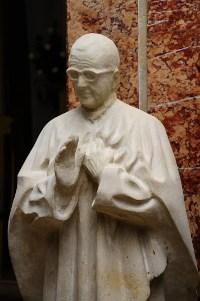 Printre lucrările sale se află această statuie a Sfântului Josemaría care este în Parohia Sfânta Tereza a Pruncului Isus din București