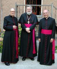 Mgr. Punt met links mgr. Steinkamp en rechts mgr. Schnell, de vice-prelaat van het Opus Dei in Nederland