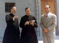 Josemaría Escrivá, Álvaro del Portillo (a destra) e Armando Serrano nel maggio 1959 davanti al monastero di Einsiedeln.