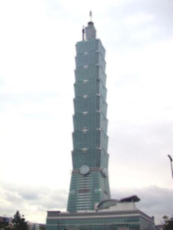 San Josemaría, junto al edificio más alto del mundo