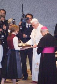 Andrea Schorghuber, joven de Viena, regala una tarta con un piano de chocolate.