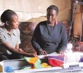 Maria Njeri, con su máquina de coser.