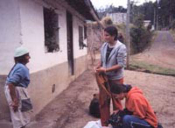 Ecuador: la suma de muchos ratos libres para ayudar a familias indígenas