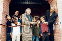 16 de setiembre de 2002. El Intendente de Montevideo, Arq. Mariano Arana y el Embajador de Alemania, Jürgen Krieghoff, cortan la cinta de inauguración del nuevo edificio
