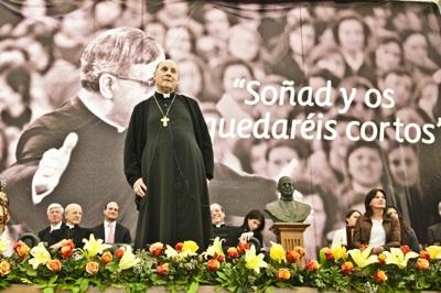 Al concluir este primer encuentro de su cuarta visita pastoral a Chile, monseñor Echevarría, rezó por las autoridades civiles, eclesiásticas y universitarias. Foto: Cristián Aninat Gálmez.