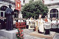 O prelado do Opus Dei abençoou a escultura do Bem-aventurado Josemaría Escrivá
