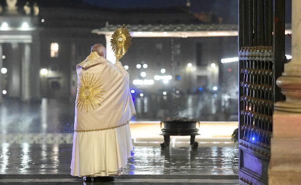 Papež František udělil mimořádné požehnání Urbi et Orbi