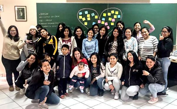 Opus Dei - Alumnas de psicología se unen a voluntarias italianas para asistir a niñas de Cañete