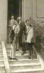 En la puerta de la Residencia Iará, primer centro del Opus Dei en Uruguay