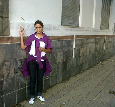 Vicky mostrando la altura a la que llegó el agua, a cinco cuadras del CECU