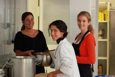 Un grupo de voluntarias en las cocinas del comedor