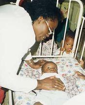 Margaret Ogola dedica su vida a curar niños enfermos de Sida.