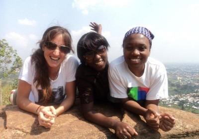 María (izquierda), con sus amigas Nelly y Setph